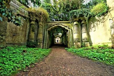 Egyptian-Avenue-Highgate-Cemetery
